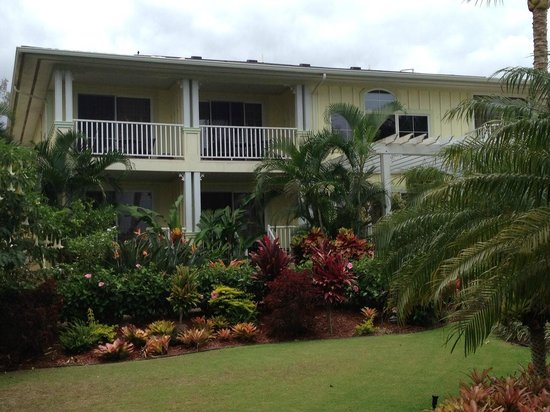 Pineapple Inn: Exterior - private lanais on 2nd floor with ocean view