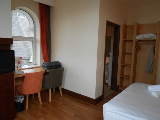 Ibis Belfast Queens Quarter: Bureau and wet cabin