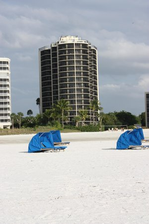 Pointe Estero Beach Resort: distance to the hotel from the water