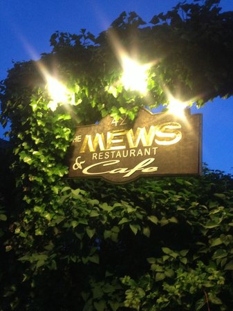 The Mews Restaurant & Cafe : Beautiful entrance