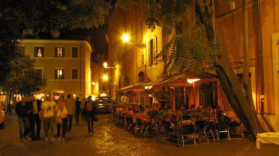 Residenza Santa Maria: Trastevere di notte 1
