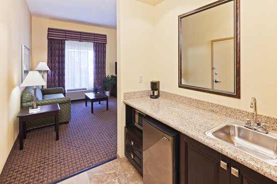 Hampton Inn & Suites Tulsa North/Owasso: Entry area King Studio, Refrigerator, Microwave and sink  area