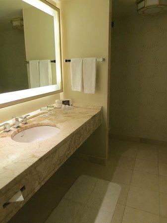 Hotel Omni Mont-Royal: Bathroom