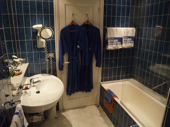Hotel Tigaiga: Badezimmer mit Bademänteln