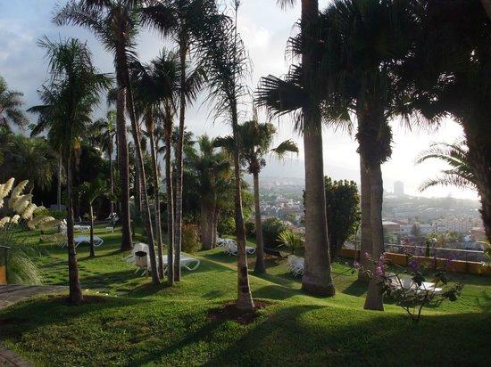Hotel Tigaiga: Liegewiese mit Blick über den Ort