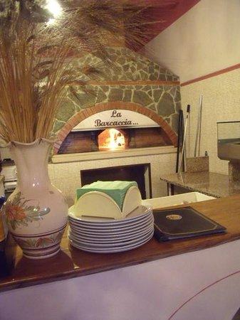 Pizzeria La Barcaccia: to jest ten piec w ktorym pieka te wspaniale pizze