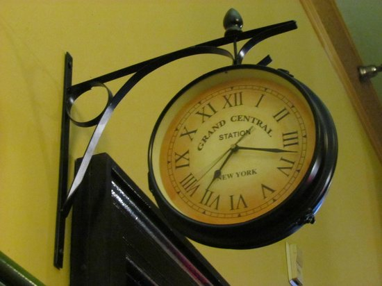 Radisson Lackawanna Station Hotel Scranton: Grand Central Station clock found beyond the main desk wondered about the history