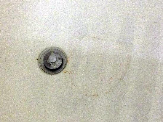 Hampton Inn Jacksonville East Regency Square: Permanent rust stain by bath tub drain