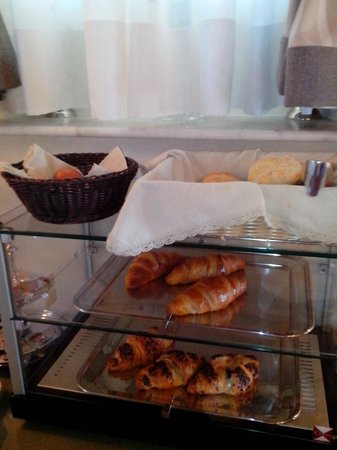 Relais Villa Il Sasso Historical Place : Eggs, Croissants, and bread buns at the Breakfast buffet