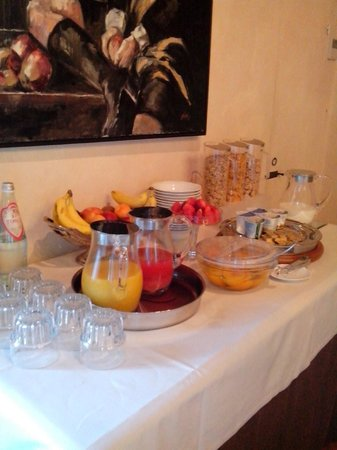 Relais Villa Il Sasso Historical Place : Juices, Fruits, Yogurts, and Cereal at the Breakfast Buffet
