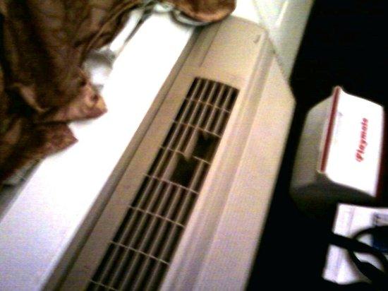 Motel 6 Ontario: Air conditioner...room #229