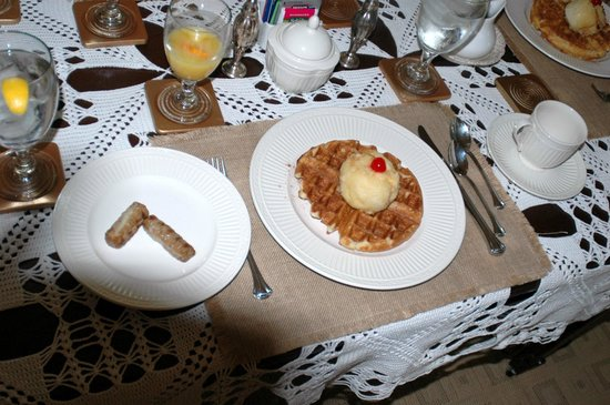 Park House Bed & Breakfast: Fantastic Breakfast - waffles with fried ice cream and sausage with cheese!