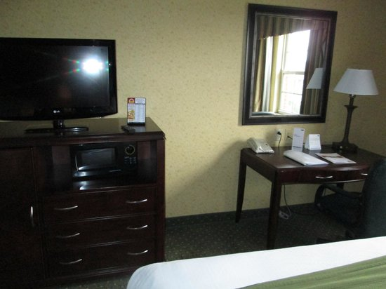 Holiday Inn Express Williamsburg: tv, fridge, microwave. desk and computer chair