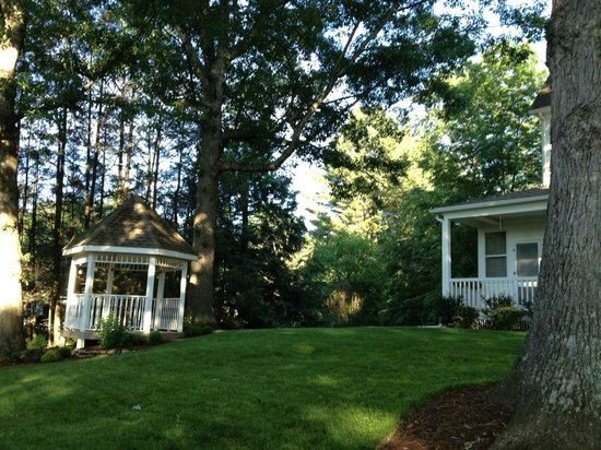 Oak Hill on Love Lane Bed & Breakfast: view of porch and gazebo