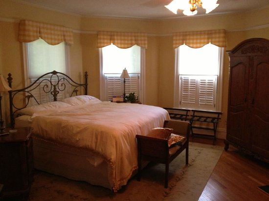 Oak Hill on Love Lane Bed & Breakfast: waking up to a cheerful room