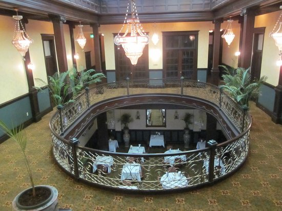 Geiser Grand Hotel: Looking from 2nd floor rotunda into dining room