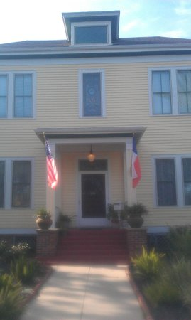Coastal Dreams Bed & Breakfast: The front of the house