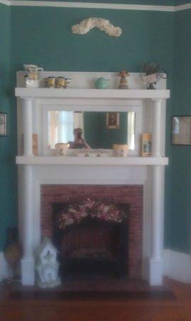 Coastal Dreams Bed & Breakfast : the livingroom fireplace