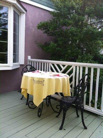 The Garden Walk Bed and Breakfast Inn : Breakfast area outside