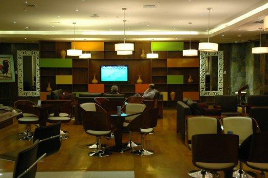Hotel Manquehue Puerto Montt: Areas de comedor y espacios comunes del hotel en la planta baja...