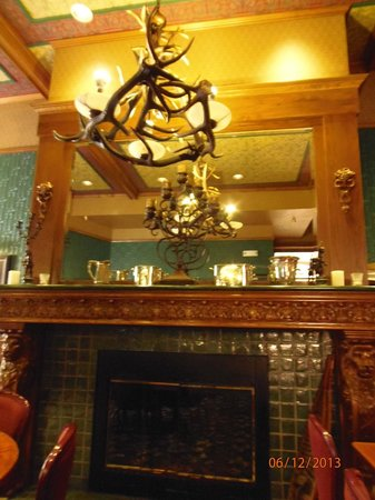 Bullock Hotel: Fireplace in the dining area
