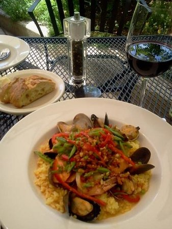 Alchemy Bistro and Wine Bar : picture perfect outdoor dining