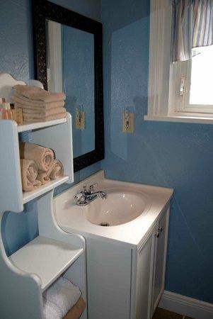 5 Corners Bed & Breakfast: Sandstone Suite's bath
