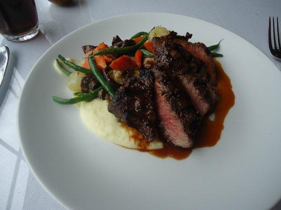 Whistling Swan Restaurant: Fantastic steak expertly prepared!
