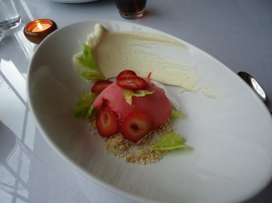 Whistling Swan Restaurant: Strawberry rhubarb sorbet with an amazing celery root ganache