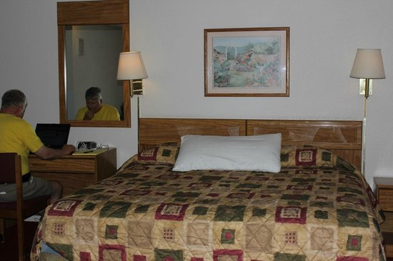 Super 8 Cedar City : a king size bed and desk