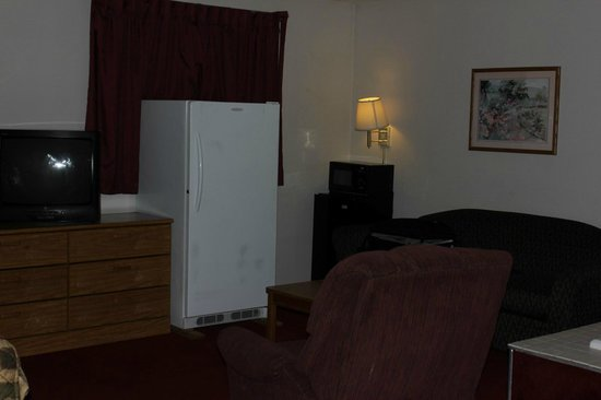 Super 8 Cedar City: a micorwave, a refriegerator and a locked refrigerator;