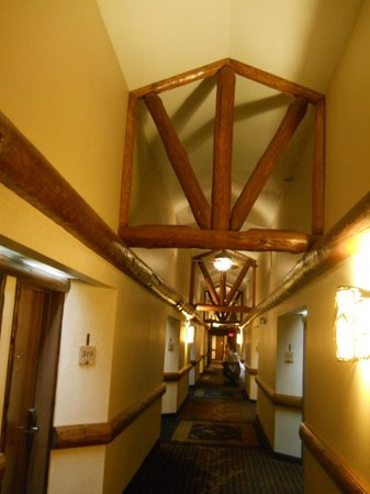 Stoney Creek Hotel and Conference Center - Des Moines: Beamed ceiling in hallway.