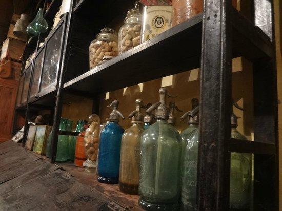 Boliche Bessonart Estanterías con objetos de todo tipo, desde sifones hasta alpargatas viejas.