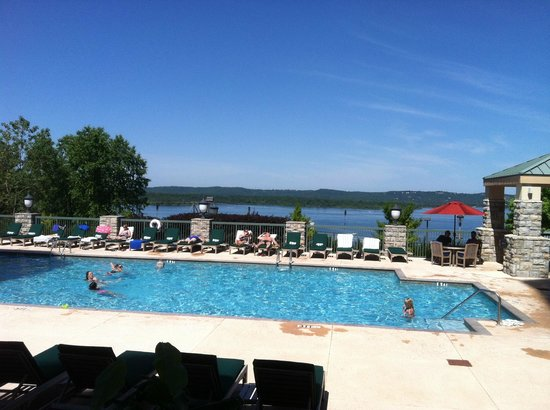 Chateau on the Lake Resort & Spa: Pool area with lake backdrop