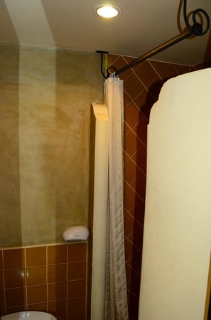 Chiang Mai Gate Hotel: Dark shower room with seemingly unfinished walls from the 80's.