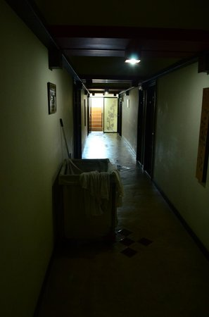 Chiang Mai Gate Hotel: A few light bulbs need replacing.
