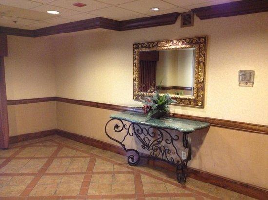 Santa Fe Station Hotel : Third Floor Outside Elevators Smoky Odor