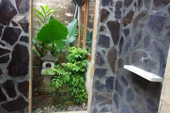 Kuta Lagoon Resort & Pool Villa: outdoor shower
