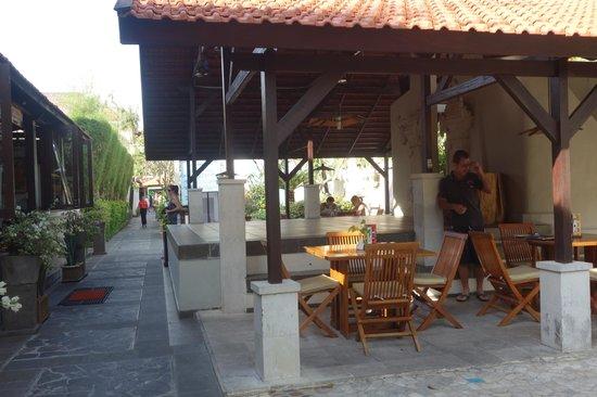 Kuta Lagoon Resort & Pool Villa: outside dining/wi-fi area