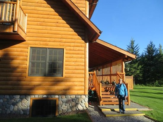 Canadian Bear Guesthouse: Outside on a gorgeous day