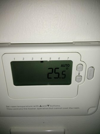 Premier Inn Luton (Airport) Hotel: stupidly hot rooms do not stay here / this was the temperature in my room over 25 degrees C