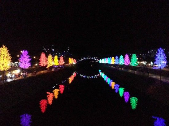Kinta Riverfront Hotel & Suites: Nice colourful lights with many people attracted to come here.