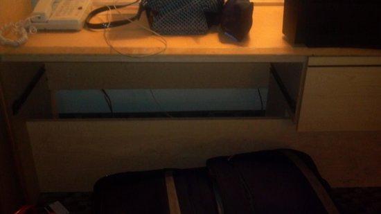 Super 8 Wheat Ridge/Denver West: dresser broke