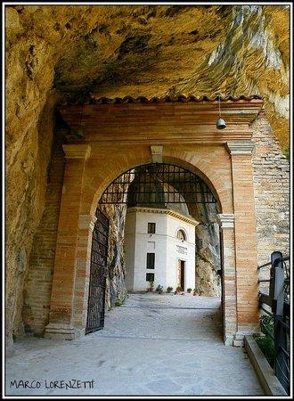 Tempio del Valadier: EREMO DI FRASASSI (AN) - INGRESSO DELL'EREMO