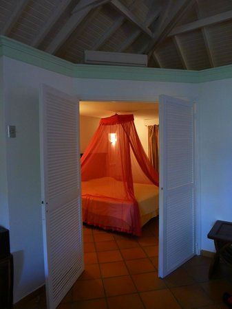 Hotel La Plantation: Bedroom with pink mosquito net