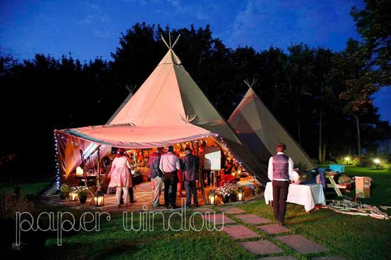 Hilden Brewing Company: Tipis at night