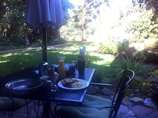 Milliken Creek Inn and Spa: breakfast on the patio