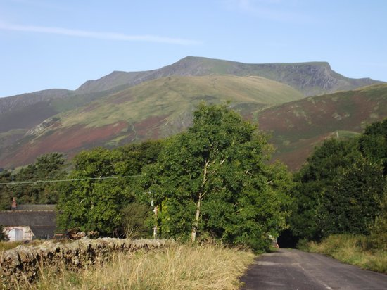 Lisco Farm Bed & Breakfast: Another view of Blencathra from up the lane