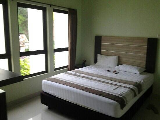 Istanaku Guesthouse: comfy bed suoerior room