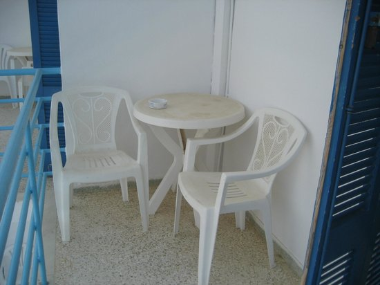 Hotel Chryssi Akti: Balcony, old and dirty chairs and table